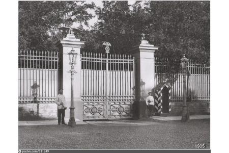 Ограда сада Аничкова дворца. Фото К.Булла. 1905 г.
