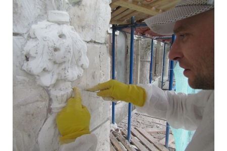 Расчистка лепного декора. Август 2018 года. Фото НРФ МИР